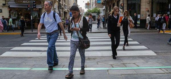 Semáforos en el piso, una tendencia que ya llegó a Argentina