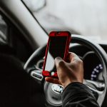 El peligro de manejar usando el celular